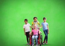 Fille handicapée dans le fauteuil roulant avec des amis avec le fond vert Photographie stock