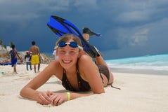 Fille heureuse à la plage Photo stock