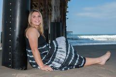 Fille heureuse à la plage Image stock