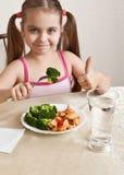 Fille heureuse à la table photo stock