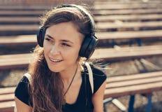 Fille heureuse écoutant la musique Photographie stock libre de droits