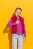 Fille heureuse affichant le pouce vers le haut Photos libres de droits