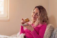 Fille heureuse appréciant en biscuits photographie stock libre de droits