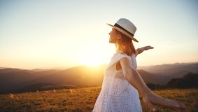 Fille heureuse appréciant la nature au coucher du soleil photos stock