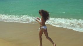 Fille heureuse appréciant une promenade par la mer banque de vidéos