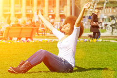 Fille heureuse au soleil photographie stock libre de droits