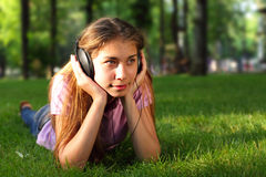 Fille heureuse avec des écouteurs Image stock
