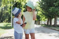 Fille heureuse avec des écouteurs pour partager la musique Photographie stock