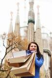 Fille heureuse avec des achats à Barcelone Image libre de droits