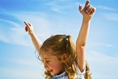 Fille heureuse avec des bras en air Image libre de droits