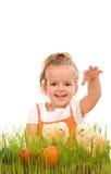 Fille heureuse avec des nanas de source et des oeufs de pâques Photographie stock libre de droits