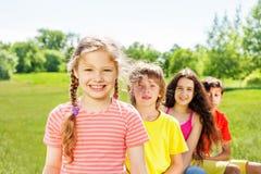Fille heureuse avec des tresses et ses trois amis Image libre de droits