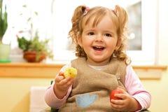 Fille heureuse avec l'oeuf de pâques photographie stock libre de droits