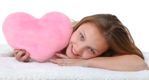 Fille heureuse avec l'oreiller rose de coeur Photos libres de droits