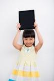 Fille heureuse avec la tablette photographie stock libre de droits