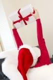 Fille heureuse avec le cadeau de Noël Photographie stock