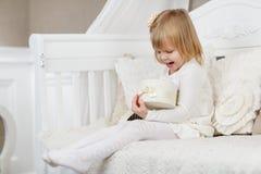 Fille heureuse avec le cadre de cadeau Photo stock