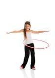 Fille heureuse avec le cercle de danse polynésienne Image libre de droits