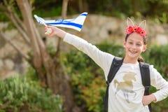 Fille heureuse avec le drapeau de l'Israël photographie stock