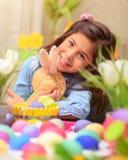 Fille heureuse avec le jouet de lapin de Pâques Image libre de droits