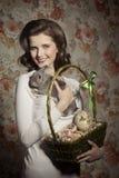 Fille heureuse avec le lapin tendre photos libres de droits