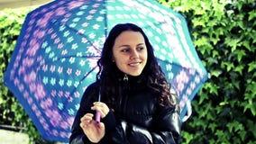 Fille heureuse avec le parapluie banque de vidéos