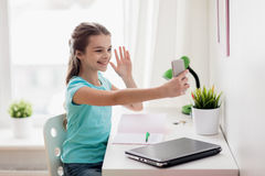 Fille heureuse avec le smartphone prenant le selfie à la maison Photo libre de droits