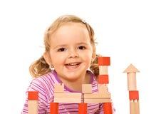 Fille heureuse avec les blocs en bois photographie stock libre de droits