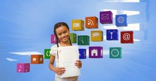 Fille heureuse avec A plus la catégorie montrant des papiers par des icônes d'apps image libre de droits