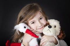 Fille heureuse avec ses amis de jouet Photo stock
