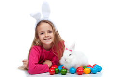 Fille heureuse avec son lapin de Pâques Image stock
