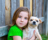 Fille heureuse blonde avec son portrait de chienchien de chiwawa Photos stock
