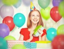 Fille heureuse célébrant l'anniversaire avec des ballons et des cadeaux Image stock