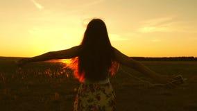 Fille heureuse ?coutant la musique et dansant dans les rayons d'un beau coucher du soleil en parc Belle fille dans des ?couteurs clips vidéos