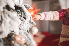Fille heureuse décorant un bel arbre de Noël images libres de droits