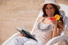 Fille heureuse détendant à la plage Photographie stock libre de droits