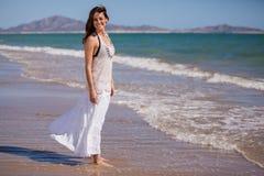 Fille heureuse détendant à la plage Photo stock