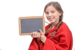 Fille heureuse d'école avec une ardoise de traditionnal dans le sien Images libres de droits