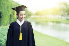 Fille heureuse d'étudiant gradué, félicitations Photographie stock libre de droits