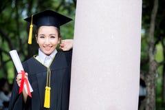 Fille heureuse d'étudiant gradué, félicitations de succès d'éducation Image libre de droits