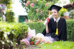 Fille heureuse d'étudiant gradué, félicitations de succès d'éducation Photographie stock libre de droits