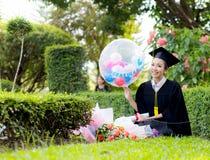 Fille heureuse d'étudiant gradué - félicitations de succès d'éducation Images stock