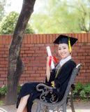 Fille heureuse d'étudiant gradué, félicitations - succès licencié d'éducation Photographie stock libre de droits