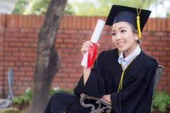 Fille heureuse d'étudiant gradué, félicitations - succès licencié d'éducation Images libres de droits