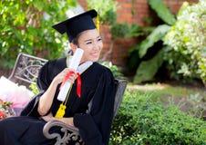 Fille heureuse d'étudiant gradué, félicitations - succès licencié d'éducation Photo libre de droits