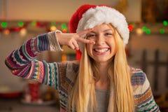 Fille heureuse d'adolescent dans le chapeau de Santa ayant le temps d'amusement Photographie stock