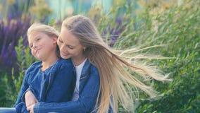 Fille heureuse d'ahd de maman des vacances Photos libres de droits