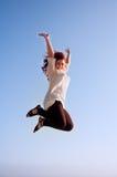 Fille heureuse d'amusement, et un saut de la liberté Images stock