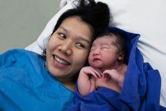 Fille heureuse d'Asiatique de bébé de maman et d'accouchement image libre de droits