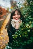 Fille heureuse d'automne photographie stock libre de droits